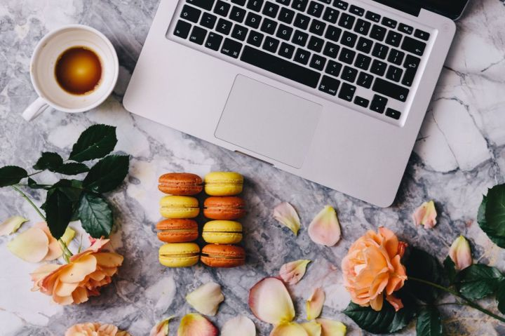 kaboompics_Macaroons, roses, Macbook, coffee, marble