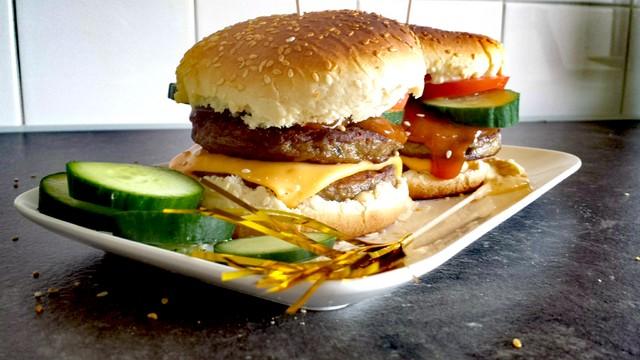 Goedkope Dubbele Hamburger met Drie soorten Saus