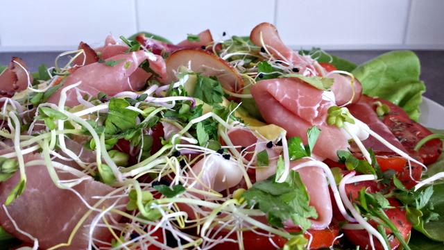 Avocado Tomaten salade met Coburgerham