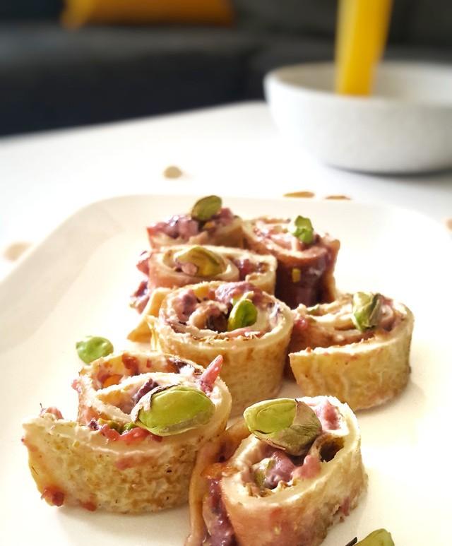 Pannenkoek met roomkaas, frambozenjam en pistachenoten